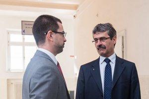 Primátor Milan Ftáčnik (vpravo) na súde v rozhovore s právnym zástupcom Henbury Development.