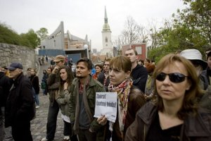 O tom, či dom na Beblavého ulici pod hradom je alebo nie je čiernou stavbou sa už roky sporí magistrát s obvodným úradom aj Starým Mestom. Pred dvomi rokmi proti výstavbe Bratislavčania protestovali, dnes je dom už skoro dostavaný.