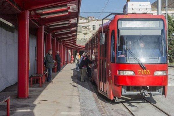 Električky znova premávajú aj na Hlavnú železničnú stanicu v Bratislave.