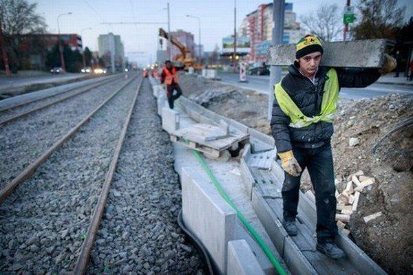 Okolie električkovej trate je zatiaľ rozostavané, chýbajú aj zástavky.