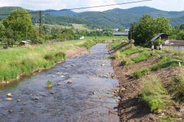 Vodohospodári odstraňujú nánosy v Lutilskom potoku, upravujú aj jeho brehy.