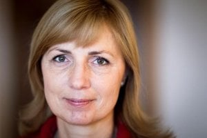 Dana Čahojová, nová starostka Karlovej Vsi. Ako vraví, náš rozhovor a fotenie bolo  jej prvé pre média, pozvala nás domov na kávu na Dlhé diely.