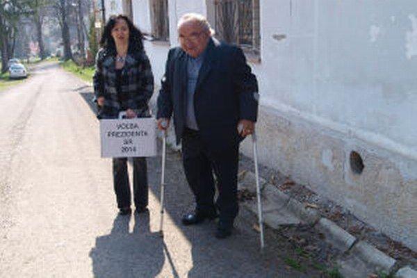 Do volebnej miestnosti v Lúčkach vedú schody. O barliach ich musel zvládnuť aj predseda komisie Štefan Filčák.