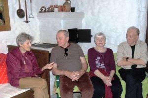 Seniori v zariadení Dominik sa o svojej mladosti rozprávajú v skanzenovom domčeku.