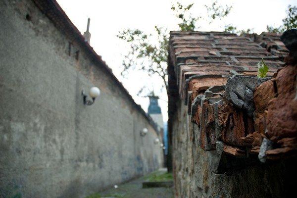 Hradobný múr sa rozpadáva priamo na frekventovanú cestu.
