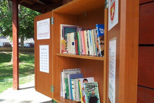Knihy nájdete v parku, v galérii, či pri jazere.