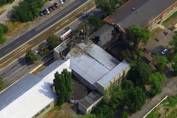 Do tla zhorel plastovo železný pavilón, nazývaný tiež pavilón F.