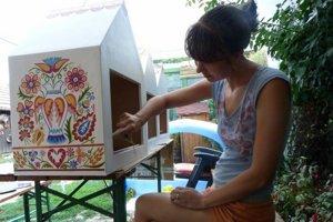 Knižničky pokreslila vajnorskými motívmi Vajnorčanka Kristína Rožňovcová.