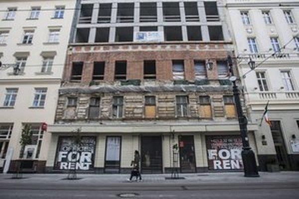Stavbu pri Carltone zastavili, čakajú, či sa nájdu budúci nájomníci.