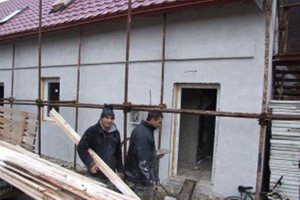 Chlapi z osady pracujú na stavbe od úplného začiatku.