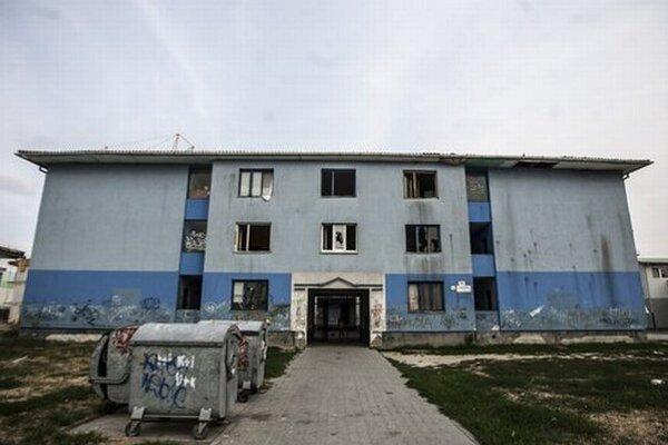 V bytoch na Čapajevovej žijú aj neplatiči. Väčšina z dospelých nemá stálu prácu a s rodinami žijú na pokraji prežitia.
