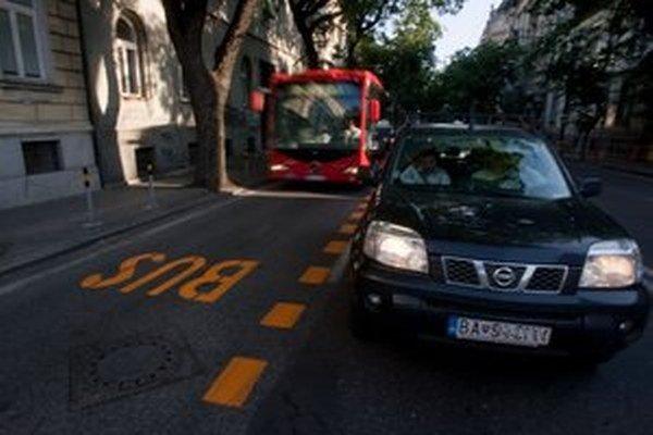 Cestu to Dúbravky mal zrýchliť buspruh na Štefánikovej, nakoniec nebude.