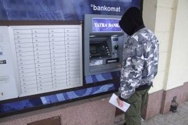 Mladý Žiarčan si z bankomatu vybral peniaze, no v zhone ich tam zabudol.
