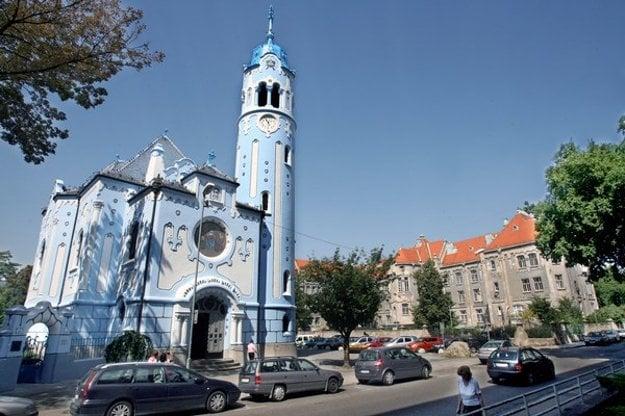 Secesný Modrý kostolík, v pozadí gymnázium na Grösslingovej ulici.
