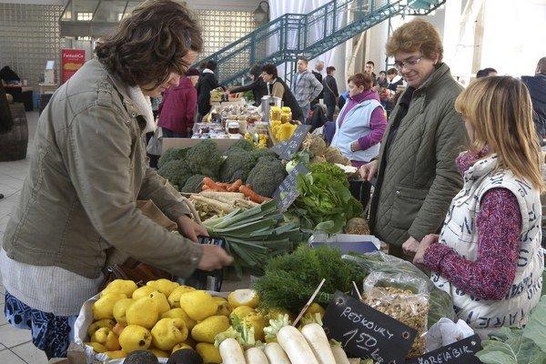 Na pultoch predajcov nechýbala sezónna zelenina, ovocie, no v ponuke boli aj syry, koláče, štrúdle, ba aj víno.