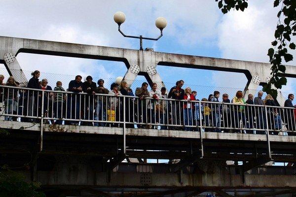 Organizátori chcú vytvoriť cez most živú reťaz.