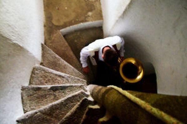 Do veže musia s nástrojmi vyšliapať viac ako stovku schodov.
