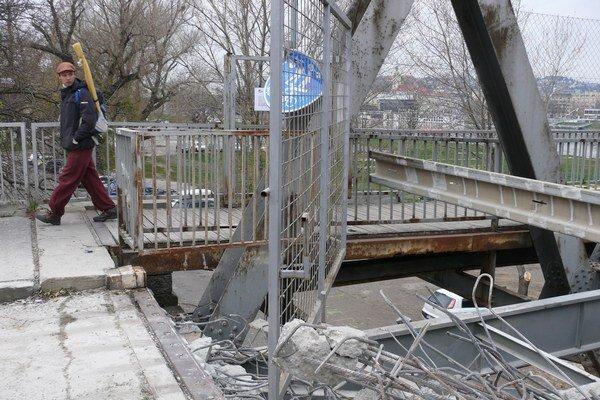 Most začiatkom decembra pre verejnosť zatvorili, prišli robotníci a ťažké stroje.