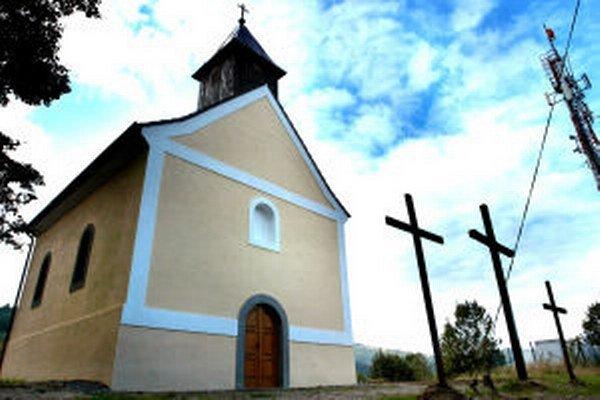 Kostol na vrchole kalvárie z mesta nevidno. Zakrývajú ho stromy. V lese sú ukryté aj jednotlivé kaplnky.