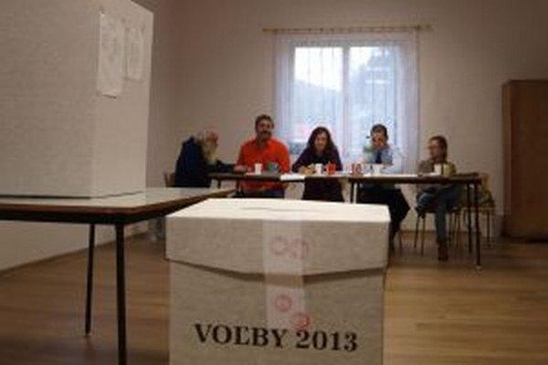 V Kopaniciach. Prvý tam vhodil do urny obálku už o siedmej ráno predseda volebnej komisie.