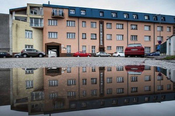 Väčšinu bytových a nebytových priestorov v budove na Bazovej ulici Železnice predali.