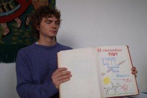 Dávida Poloňa z volebnej komisie zaujala stará mládežnícka kronika.