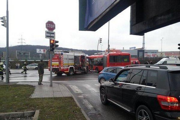 Nedeľná nehoda autobusu MHD a hasičov.