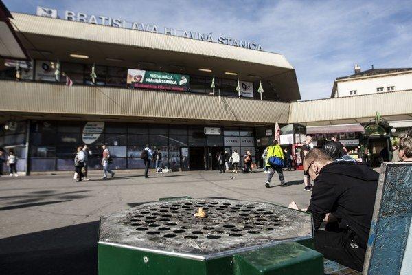 Popolníky na Hlavnej stanici presunuli.