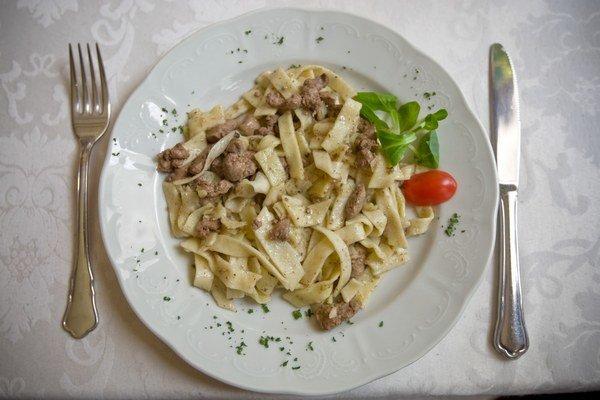 Domáce rezance s kuracou pečienkou, ktoré servírovali v reštaurácii Štefánka v rámci Gipsy Food Festivalu minulý rok.