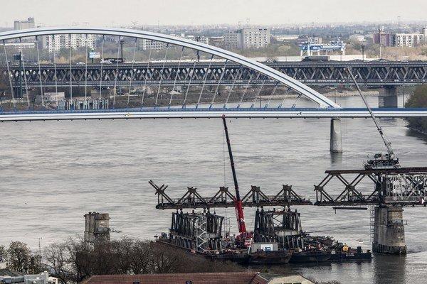 Starý most postupne mizne sponad Dunaja. Nový bude zeleno-sivý.