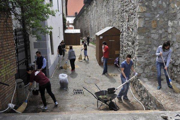 Hradby upratovali aj dobrovoľníci.