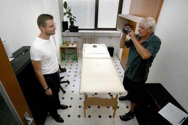 Michal Luciak pracoval aj na ministerstve spravodlivosti. Na fotografii z roku 2010 ukazuje redaktorom SME masážny stôl v salóne na ministerstve.