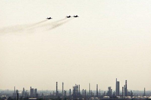 Stíhačky MiG 29 letia ponad rafinériu Slovnaft počas minuloročného veľtrhu obrannej techniky IDEB.