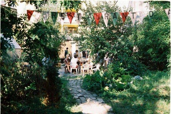 Minuloročný Restaurant day v mobilnej záhrade na Sasinkovej ulici v Bratislave.