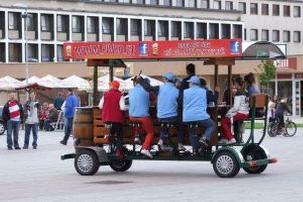 Pivný bicykel. Prví si ho vyskúšali zamestnanci mestského úradu.