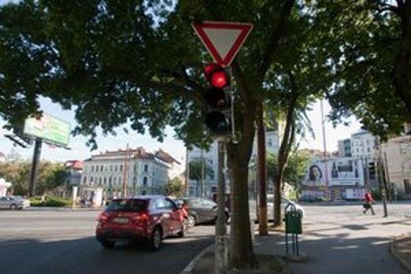 Niekoľko metrov za týmto semaforom na Žabotovej čaká ďalší.