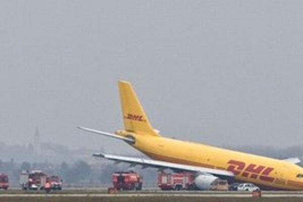 Lietadlu sa nevysunul podvozok preto havarovalo.
