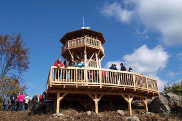 Na Krahulskom vrchu v sobotu sprístupnili dokončenú turistickú rozhľadňu.