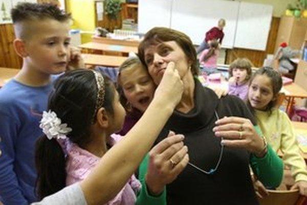 Malé deti sa hrajú a komunikujú v tesnej blízkosti, všiam sa v detských kolektívoch darí.