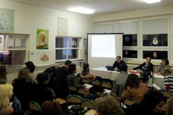 Do debaty na Mudroňovej sa zapojili nielen rodičia. Podporiť kuchárky prišli aj ich kolegyne učiteľky.
