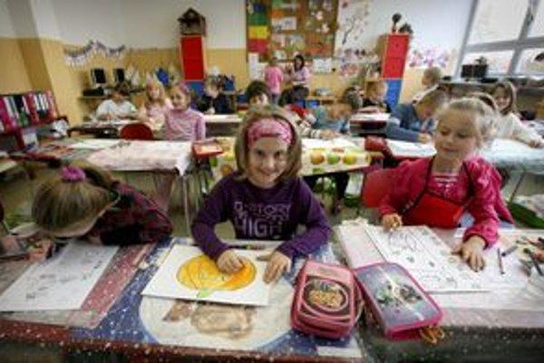 Detí je v škole, ktorú odstrčili z centra, menej.