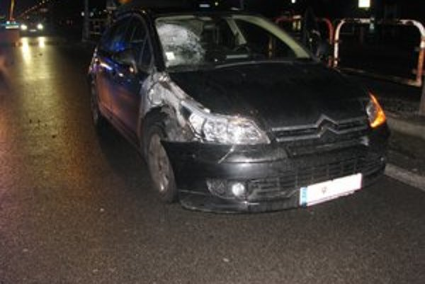 Škodu na aute vyčíslili na 2000 eur.