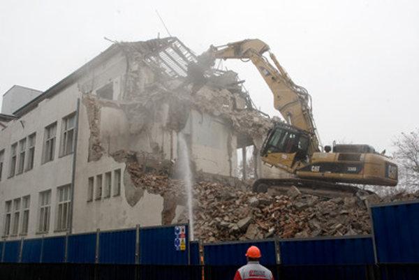 Časť nemocnice na Cintorínskej zbúrali v roku 2010, nahradiť ju má nová budova