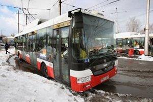 Nové krátke trolejbusy Škoda/SOR majú aj v Banskej Bystrici. Tie majú štyri dvere. V Bratislave je aj za štyri dvere krátkych vozov viac bodov.