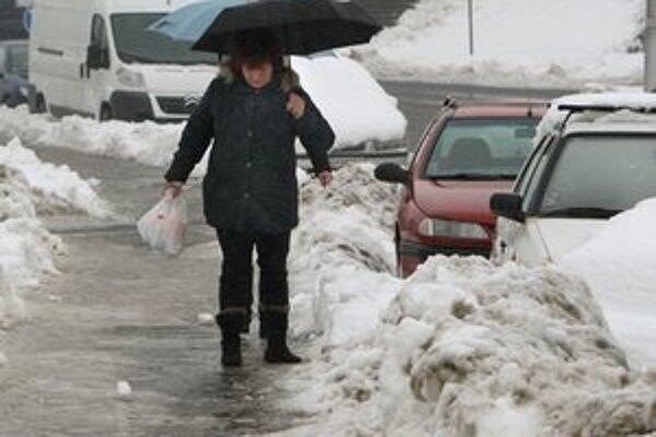 Každá komunikácia má svojho správcu, ktorý zo zákona zabezpečeuje zimnú údržbu.