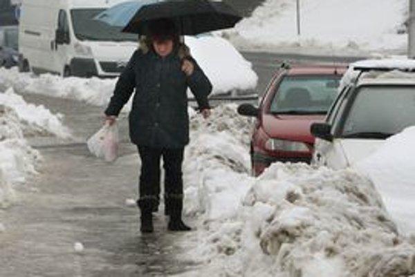 Sneh sa síce topí, ľad je však zradný.