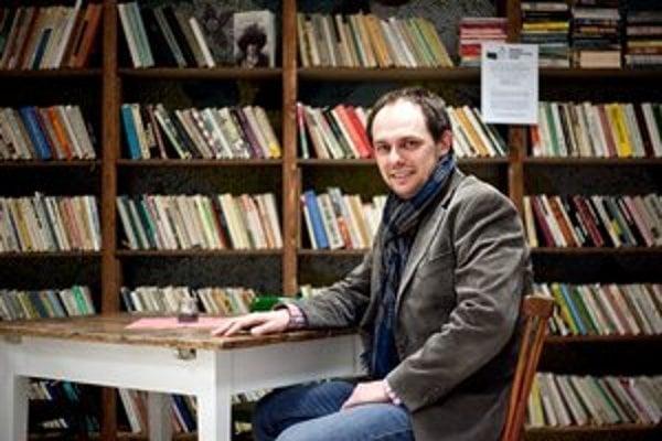 Martin Szabo  vyštudoval  Ekonomickú univerzitu v Bratislave. Domov použitých kníh  prijíma knihy v Petržalke na Romanovej 5 počas pracovných dní. Po väčšie množstvo kníh nad dvesto kusov si prídu autom v Bratislave a okolí. Robia aj zvozy po Slovensku a