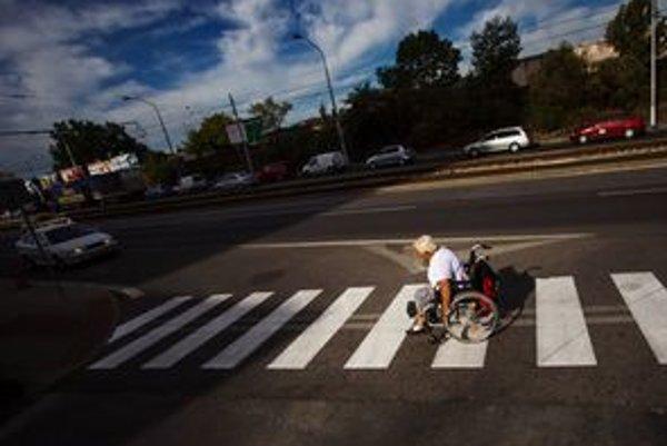 Vozíčkarom zrejme nezostane iné, ako cesty dopravou obmedziť. Na snímke Anna Mazáčová, ktorá denne prejde do práce tri kilometre. Autobusom nechodí, keďže na jej trase premáva len málo bezbariérových vozidiel.