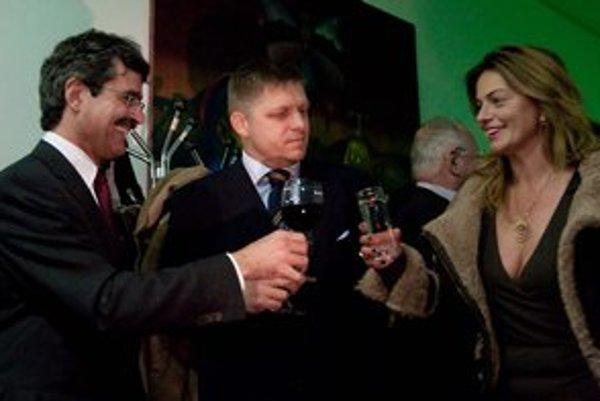 Monika Flašíková-Beňová gratuluje primátorovi Bratislavy v sprievode Roberta Fica.