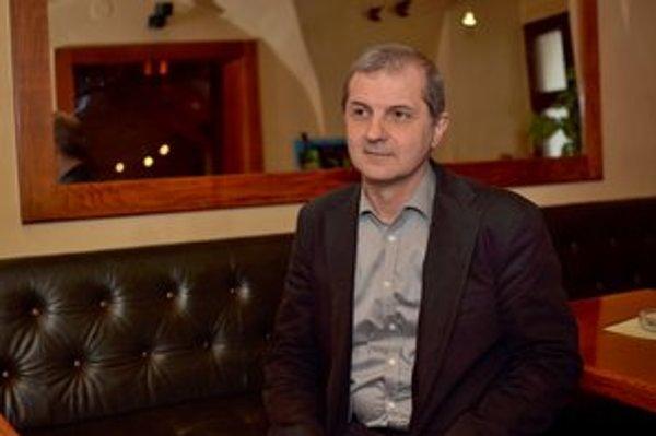 V STV pracoval od roku 1993, uvádza, že aj ako dramaturg,  strihač, zvukár, režisér, kameraman.